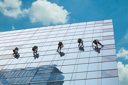 Glas- und Fassadenreinigung mit Zugangstechnik